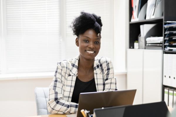 afroamerikanische selbstbewusste frauen laecheln
