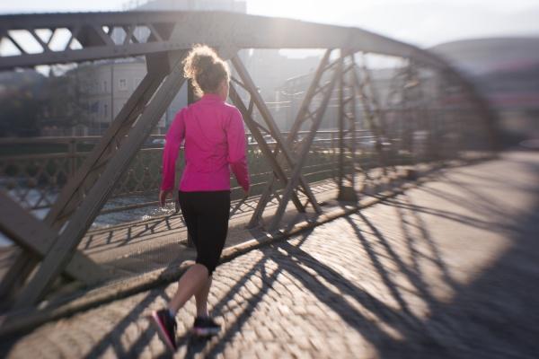 sportliche frau joggt morgens