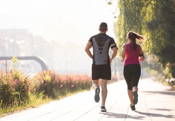junges paar joggt in der stadt
