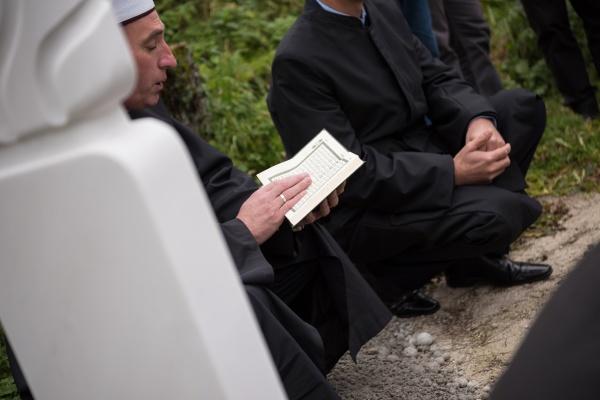 koran heiliges buch lesung von imam