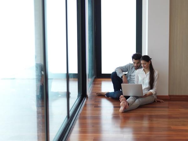 entspanntes junges paar arbeitet auf laptop