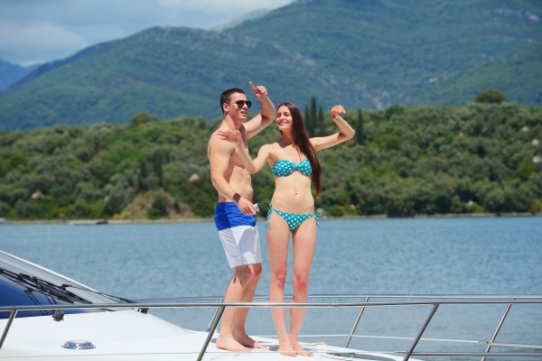 junges paar auf der yacht