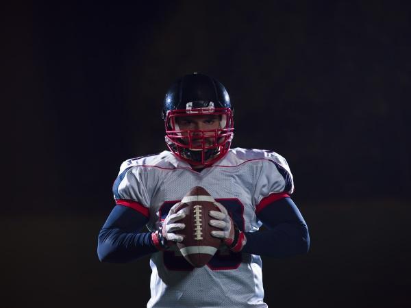 portraet eines selbstbewussten american football spielers