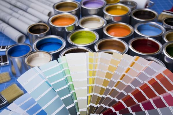 offene farbdosen mit einem pinsel regenbogenfarben