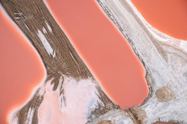 luftaufnahme der swakopmund salzpfanne orangenfelder namibia