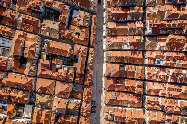luftaufnahme der ummauerten stadt dubrovnik dalmatien