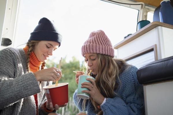 junge freundinnen essen instant nudeln im