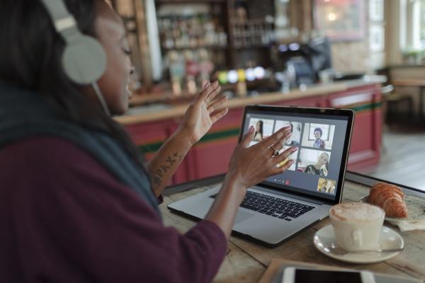 videokonferenzen fuer frauen mit kollegen am