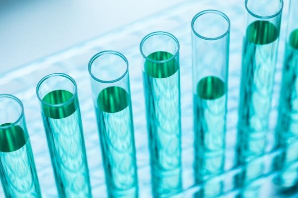nahaufnahme von reagenzglaesern mit blauer fluessigkeit