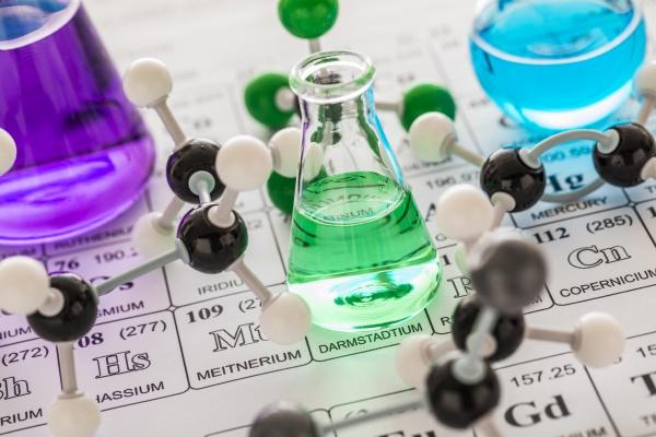molekulare modelle und laborglaeser mit fluessigkeiten