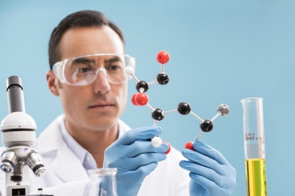 wissenschaftler mit molekuelmodell