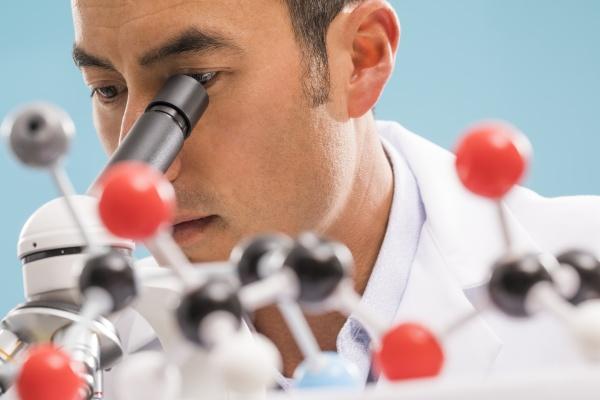 nahaufnahme des wissenschaftlers beim blick durch