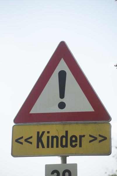 achtung kinder verkehrsschild auf dem weg