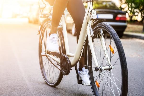 afroamerikanerin auf fahrradfahren