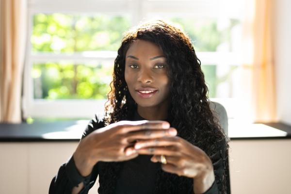 afroamerikanischer mitarbeiter fuer gehoerlose gebaerdensprache