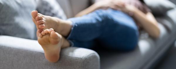 stinkende fuesse ruhen auf der couch