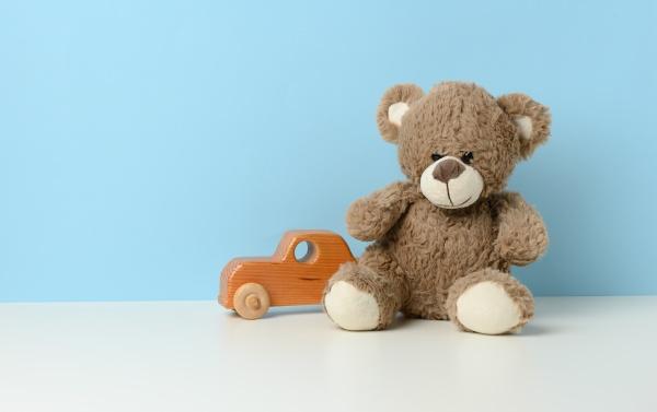 suesser brauner teddybaer sitzt auf einem