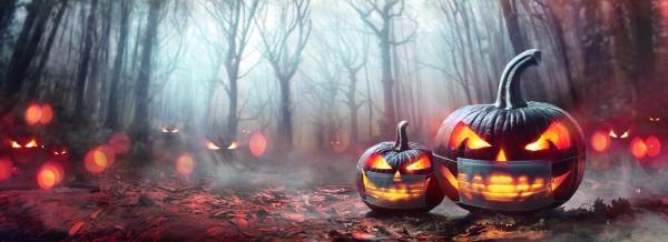 halloween mit schutzmaske kuerbisse im