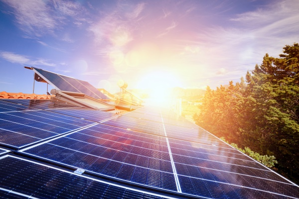 erneuerbare energie mit solarpanel fuer strom