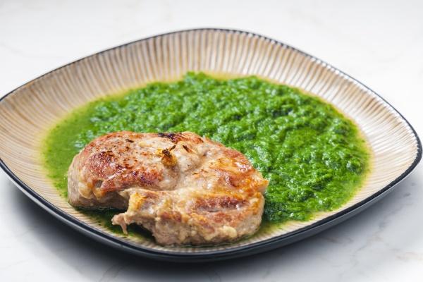 stillleben von schweinekotelett mit spinat