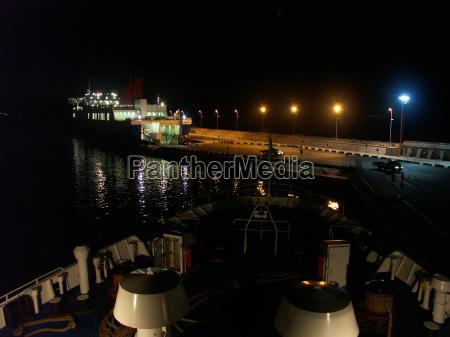 faehrhafen piombino bei nacht