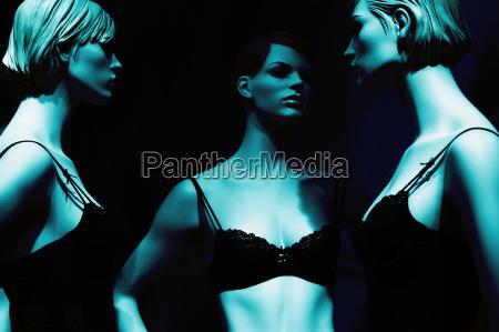 drei damen in schwarz