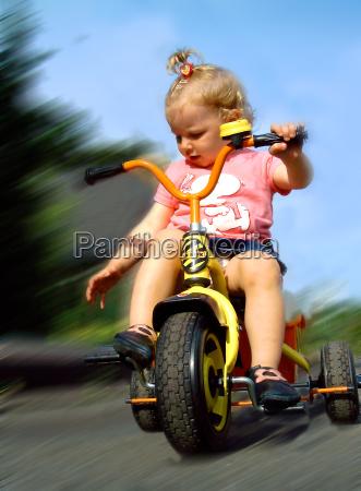 kleinkind auf dreirad