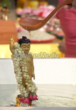 buddha reinigungs zeremonie
