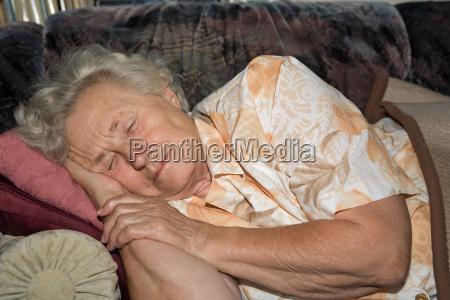 rentnerin schlafend