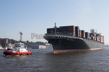containerschiff im schlepp