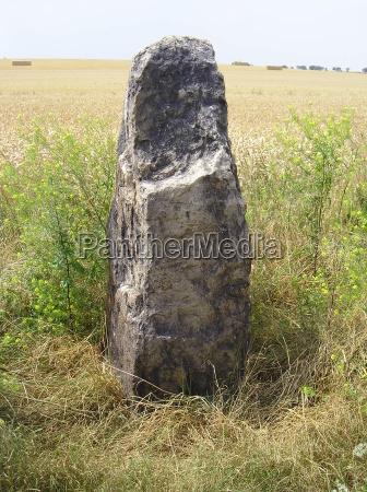 menhir langer stein