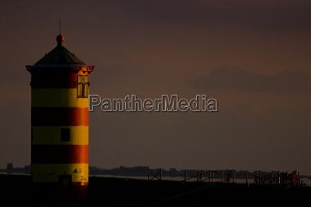 pilsum leuchtturm bei sonnenuntergang