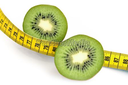 halbierte kiwi und massband