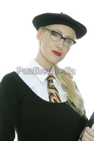 junge frau mit baskenmuetze und brille