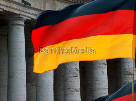 deutschlandfahne vor den vatikan saeulen