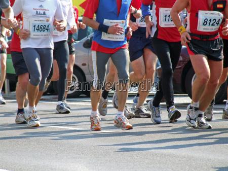sportlerbeine beim berlin halb marathon