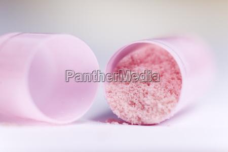 geoeffnete rosa kapsel
