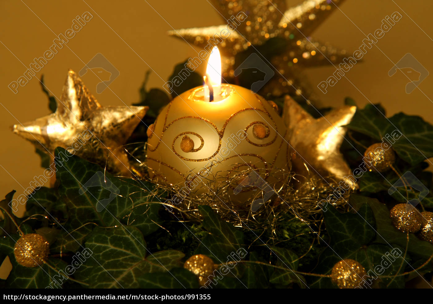 weihnachtliche dekoration in gold lizenzfreies bild. Black Bedroom Furniture Sets. Home Design Ideas