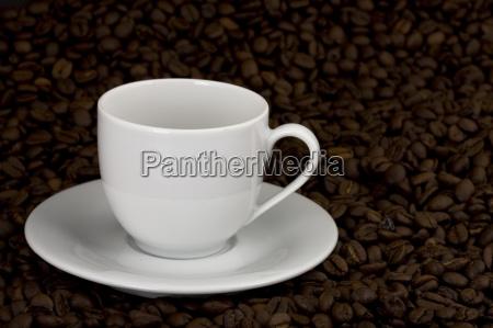 weisse kaffetasse auf kaffeebohnen