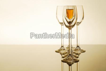 trinken trinkend trinkt glaeser schnaps cognac