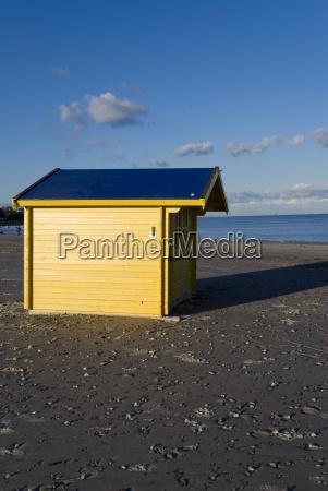 strandhaus in gelb