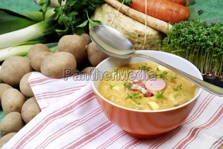 suppenschale mit kartoffelsuppe