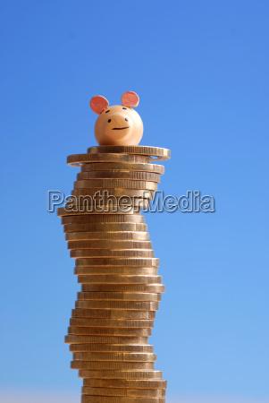 gluecksschwein auf einem muenzstapel
