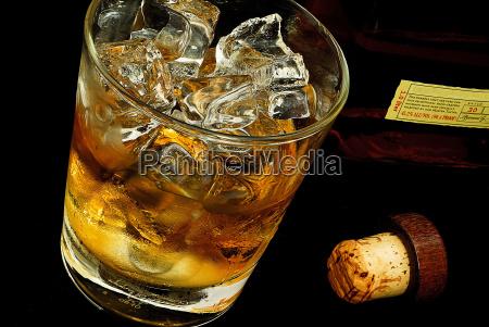 alkohol schnaps eiswuerfel whiskey whisky kentucky