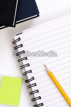 bleistift auf notebook