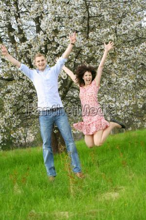 glueckliches paar beim springen