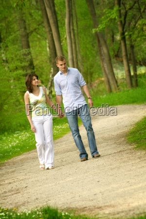 glueckliches paar im park beim spazieren