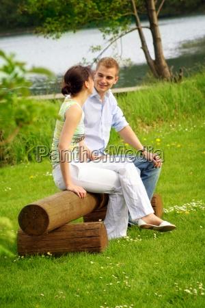 glueckliches paar im park am see