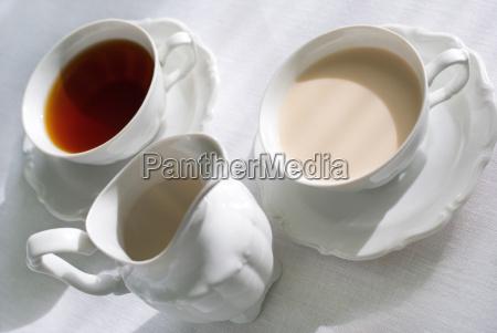 zwei tassen tee und milchkrug