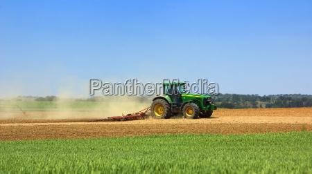 gruener traktor in diesem bereich arbeiten